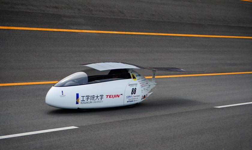 工学院大学と名古屋工業大学のソーラーカーチームがブリヂストンプルービンググラウンドで車両をシェイクダウン!