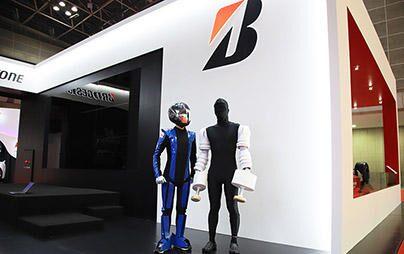 東京モーターショーで、ヤマハのMOTOBOT君がエアフリーの自転車にチャレンジ!