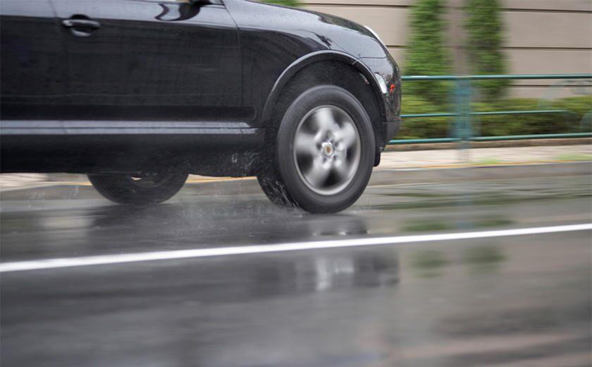 <雨の日の安心感が長持ち!>濡れた路面でのタイヤ性能を維持しつつ、ハイレベルな低燃費性能も合わせ持つ「エコ効きもちゴム」って?